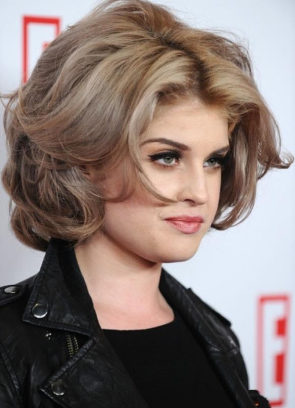 Прически на волосы средней длины для полных женщин