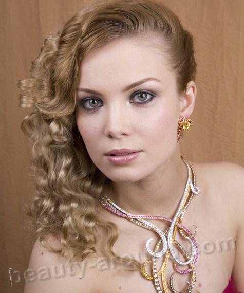 video-molodaya-blondinka-soset-huy-muzhika